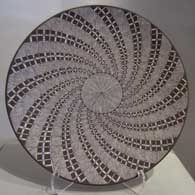 Plate with swirl geometric and fine line design